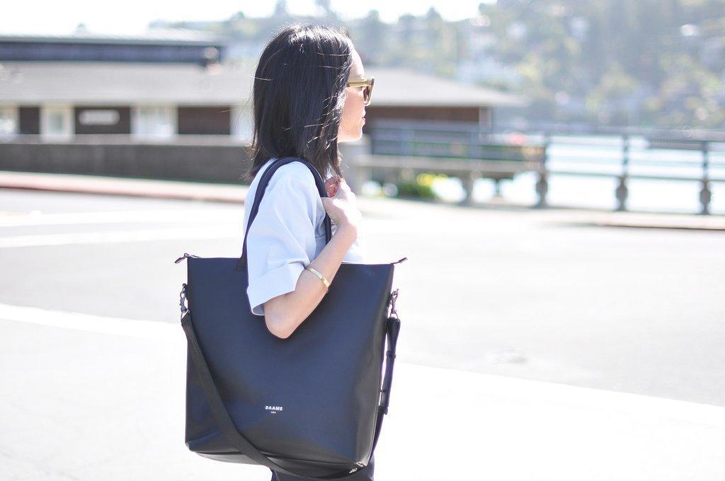 mulher_usando_bolsa